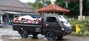 Meski cuaca sedang hujan deras, namun tidak menyurutkan niat anak-anak Desa Kaligondo mengikuti program pendidikan yang digelar oleh mahasiswa KKN